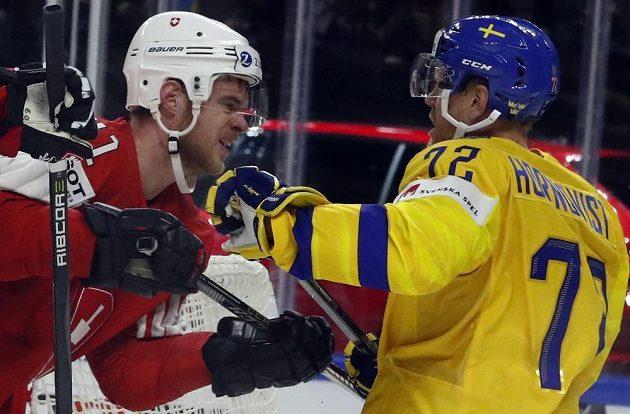 Boj, tohle je finále. Mirco Muller ze Švýcarska a Patric Hornqvist ze Švédska během boje o zlato na MS.