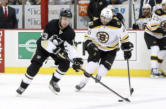 Centr Pittsburghu Penguins Nick Spaling (vlevo) projíždí kolem útočníka Bostonu Davida Krejčího.