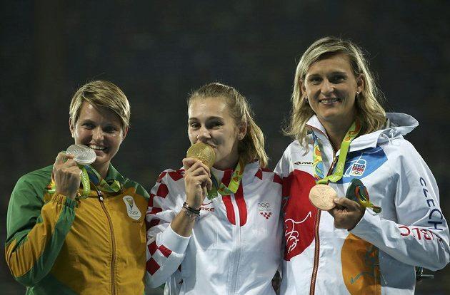 Medailový ceremoniál oštěpařek: (zleva) Sunette Viljoenová (RSA), Sara Kolaková a Barbora Špotáková.