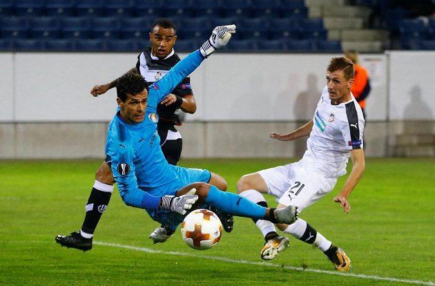 Plzeňský Tomáš Hájek (vpravo) a Carlinhos Junior z Lugana sledují, jak gólman Aleš Hruška likviduje střelecký pokus domácích.