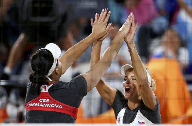 České plážové volejbalistky Barbora Hermannová (vlevo) a Markéta Sluková se raduje po vítězném míči proti argentinské dvojici.