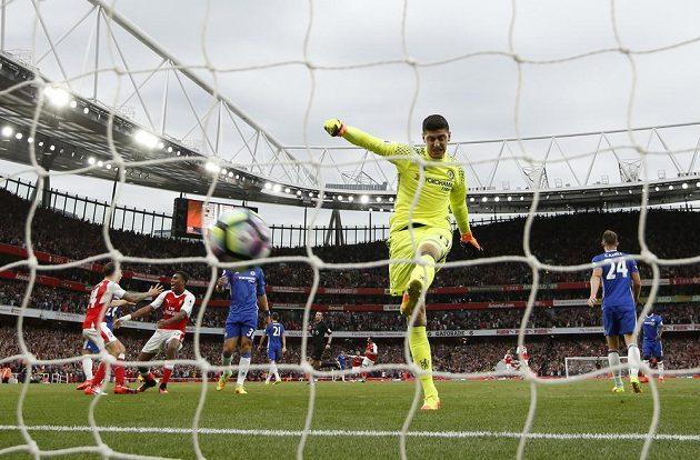 Naštvaný brankář Chelsea Thibaut Courtois po inkasovaném gólu s Arsenalem.