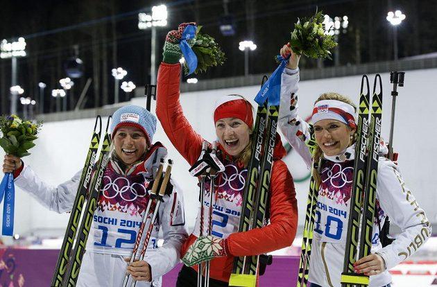 Medailistky z biatlonového závodu s hromadným startem na 12,5 km. Zleva bronzová Tiril Eckhoffová z Norska, olympijská vítězka Běloruska Darja Domračevová a stříbrná Gabriela Soukalová.