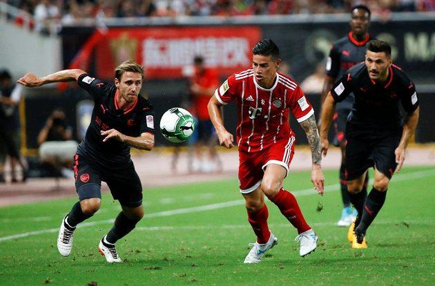 James Rodríguez z Bayernu (uprostřed) a Nacho Monreal z Arsenalu.