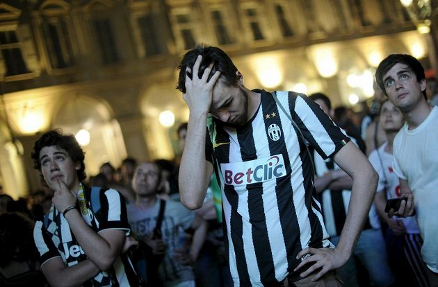 Smutní fanoušci Juventusu po porážce s Barcelonou.