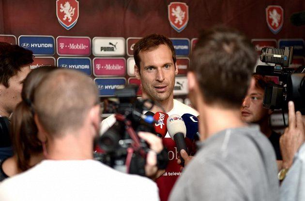 """Brankář Petr Čech v """"zajetí novinářů"""" při srazu české fotbalové reprezentace."""