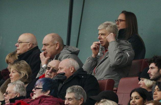 Kouč Arsenalu Arsene Wenger komunikuje během duzelu s Hullem jen z triubuny.