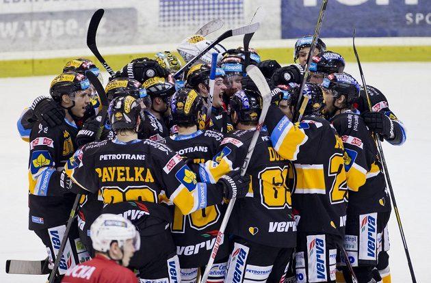 Litvínovští hokejisté slaví vítězství na Slavii.