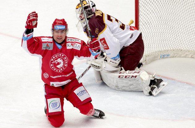Jiří Polanský z Třince se raduje z branky na 2:0. Vzadu je brankář Jihlavy Lars Volden.
