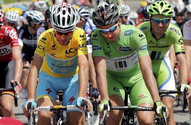 Vincenzo Nibali (vlevo) z Itálie si v poklidnější části 11. etapy vykládal se Slovákem Peterem Saganem.