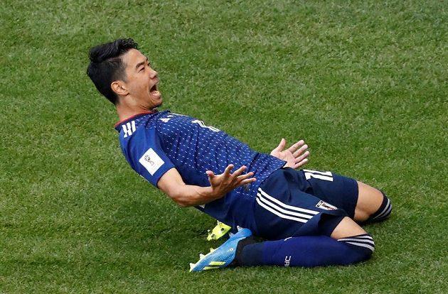 Střelec úvodního japonského gólu Šinži Kagawa se raduje.