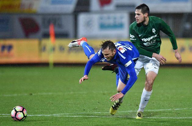 Daniel Bartl ze Slovanu Liberec (vlevo) padá po souboji s Vojtěchem Kubistou z Jablonce.