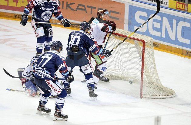 Hokejista Miroslav Forman (vpravo) střílí třetí gól Sparty.