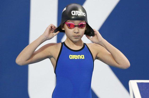 Desetiletá Alzain Tareqová z Bahrajnu se připravuje na start v závodě na 50 m motýlek na mistrovství světa v plavání v Kazani.
