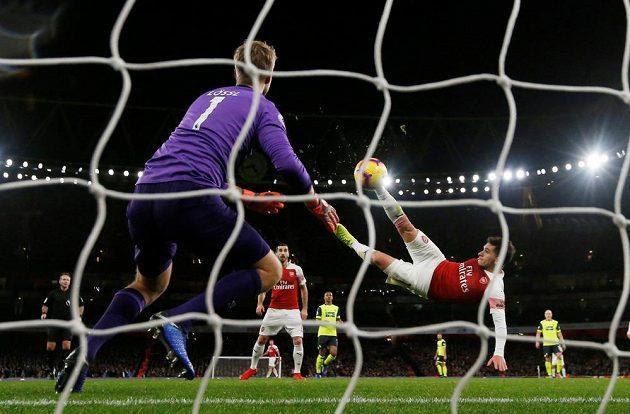Lucas Torreira střílí gól Arsenalu v ligovém utkání s Huddersfieldem.
