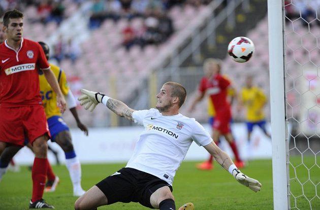 Brněnský brankář Václav Hladký inkasuje gól, vlevo je domácí hráč Petr Buchta.