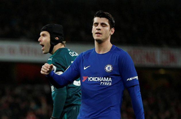 Španělský útočník Chelsea Álvaro Morata zklamaně odchází. běžel sám na Petra Čecha, který vyběhl a střelec netrefil branku Arsenalu.