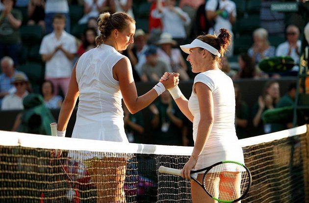 Petra Kvitová (vlevo) gratuluje své přemožitelce Madison Brengleové z USA k postupu do 3. kola Wimbledonu.