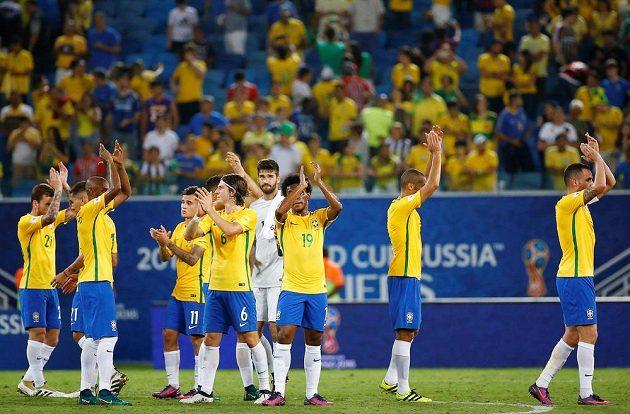 Fotbalisté Brazílie slaví s fanoušky výhru nad Bolívií v kvalifikaci MS 2018.