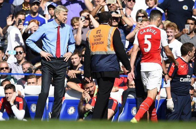 Kouč Arsenalu Arsene Wenger (vlevo) sleduje, jak vyloučený Gabriel Paulista odchází v duelu s Chelsea do kabin.