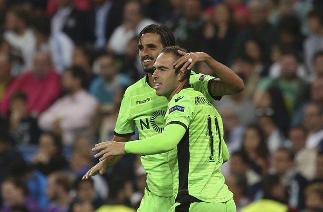 Fotbalisté Sportingu Lisabon Bruno Cesar (vpravo) a Bryan Ruiz se radují z gólu na Santiago Bernabéu.