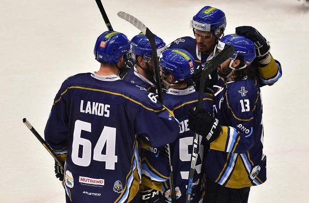 Radost hráčů Kladna z gólu v utkání první hokejové ligy.