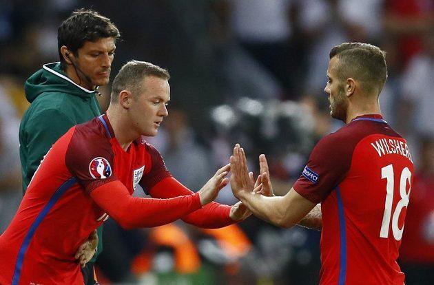 Ve druhé půli vyztužil útok Angličanů i Wayne Rooney (vlevo). Střídal Jacka Wilshera.