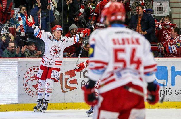 Třinecký útočník Martin Adamský (vlevo) se raduje z gólu proti Spartě v utkání 49. kola hokejové Tipsport extraligy.
