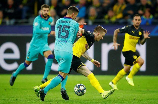Domácí Marco Reus bojuje o míč s Lengletem