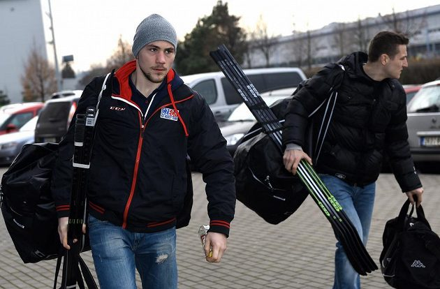 Hokejisté Martin Pláněk (vlevo) a Tomáš Mertl přichází na sraz české hokejové reprezentace před turnajem Channel One Cup.