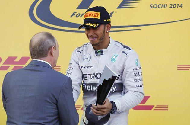 Ruský prezident Vladimir Putin gratuluje Lewisi Hamiltonovi k jeho vítězství ve Velké ceně Ruska.