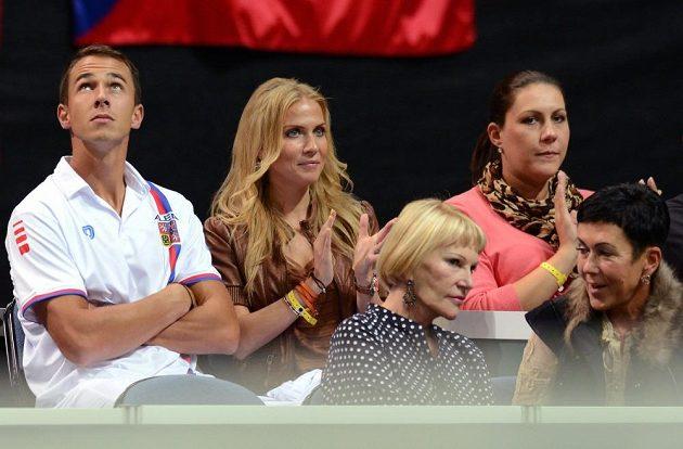 Tenista Lukáš Rosol (vlevo) a jeho přítelkyně Michaela Ochotská během třetího utkání semifinále Davis Cupu s argentinskou dvojicí Carlos Berlocq, Horacio Zeballos.