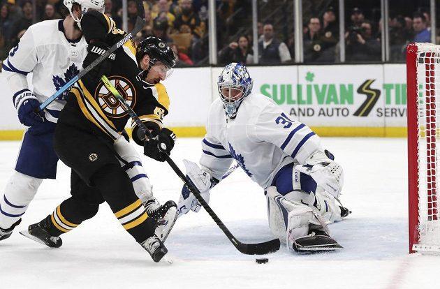 Útočník Bostonu Bruins left Brad Marchand zkouší neúspěšně zakončit kličku v utkání 1. kola play off NHL proti Torontu.