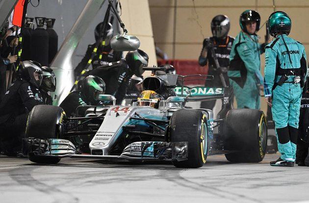 Jedna ze zastávek v boxech přišla Lewise Hamiltona draho...