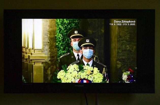 V přímém přenosu vysílalaČeská televize poslední rozloučení s atletickou legendou Danou Zátopkovou, která zemřela 13. března ve věku 97 let.