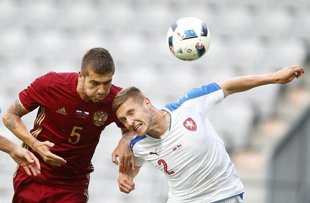 Pavel Kadeřábek (vpravo) v souboji o míč s Romanem Neustädterem z Ruska.
