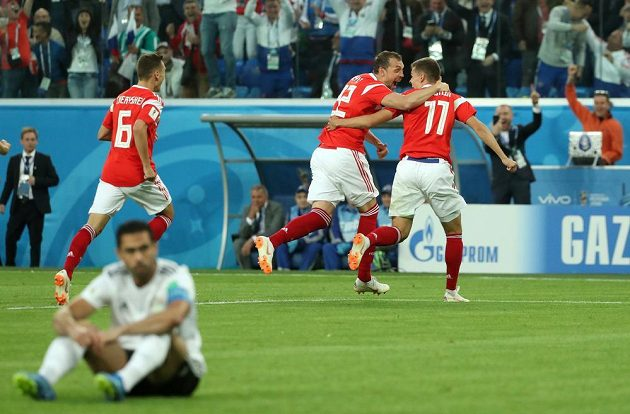 Ruští fotbalisté slaví gól v utkání mistrovství světa s Egyptem. Sborné pomohla do vedení vlastní branka.
