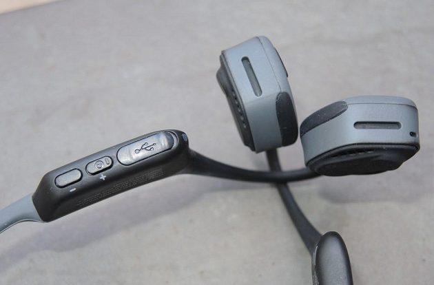 Bezdrátová sportovní sluchátka Aftershokz Trekz Air - detail dobíjecího konektoru a ovladačů.
