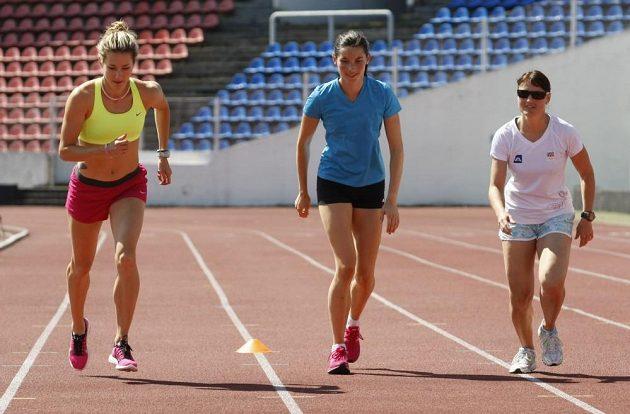 Společný trénink Nikoly Sudové a Rychlých holek na stadiónu Evžena Rošického na Strahově. Na snímku atletky Denisa Rosolová (vlevo), Jitka Bartoničková (uprostřed) a boulařka Nikola Sudová.