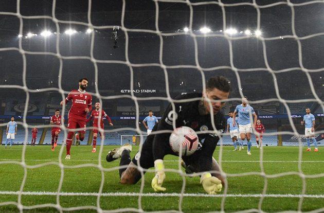 Liverpoolský Mohamed Salah slaví gól proti Manchesteru City, jehož gólman Ederson smutní.