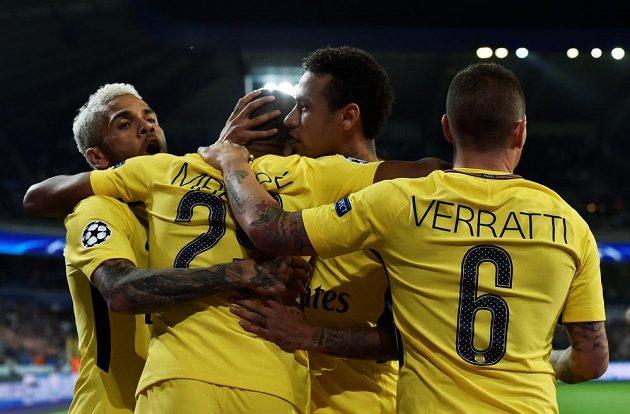 Fotbalisté Paris Saint-Germain slaví gól na půdě Anderlechtu Brusel v utkání Ligy mistrů. Slaví Kylian Mbappe, Dani Alves, Neymar a Marco Verratti.