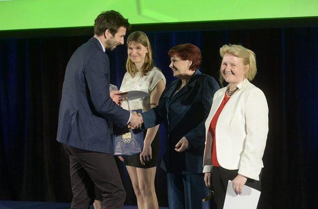 Gabriela Soukalová přebírá ocenění z rukou badmintonového reprezentanta Petra Koukala.