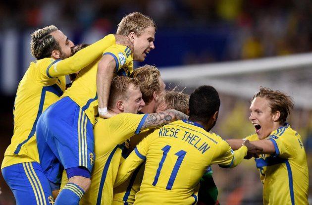 Fotbalisté Švédska se radují z vítězství ve finále ME hráčů do 21 let.