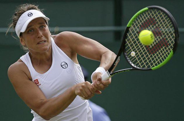 Česká tenistka Barbora Strýcová v akci během osmifinále Wimbledonu.