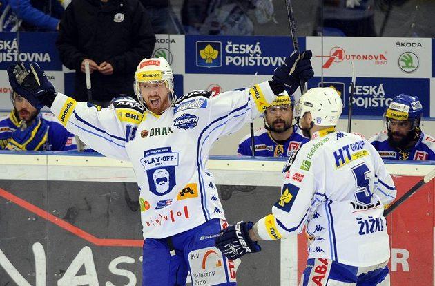 Libor Pivko (vlevo) z Brna se raduje ze svého gólu proti Zlínu. Gratulovat mu přijíždí Tomáš Žižka.