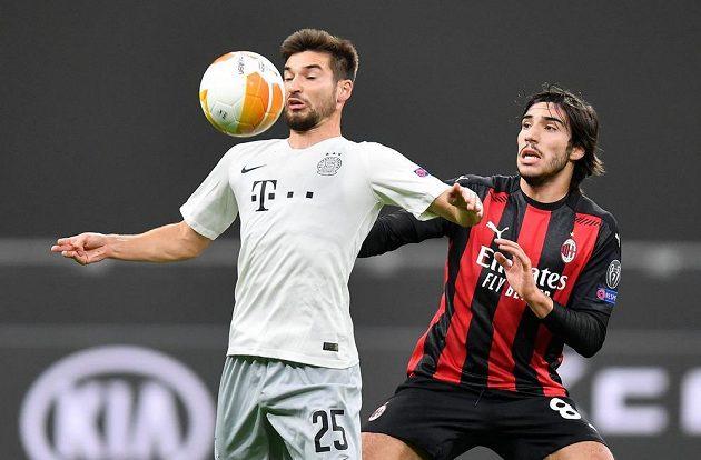 Sparťan Michal Trávník (vlevo) v souboji se Sandrem Tonalim z AC Milán.