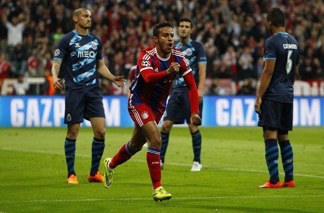 Thiago Alcántara slaví úvodní gól v odvetě čtvrtfinále Ligy mistrů proti Portu.