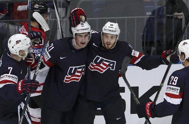 Američan Tyler Motte oslavuje se spoluhráči trefu v semifinálovém duelu s Kanadou.