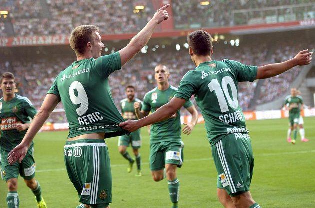 Útočník Rapidu Vídeň Robert Berič (vlevo) a Louis Schaub se radují z gólu proti Ajaxu.