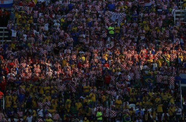 Fanoušci Brazílie a Chorvatska během zahajovacího ceremoniálu.